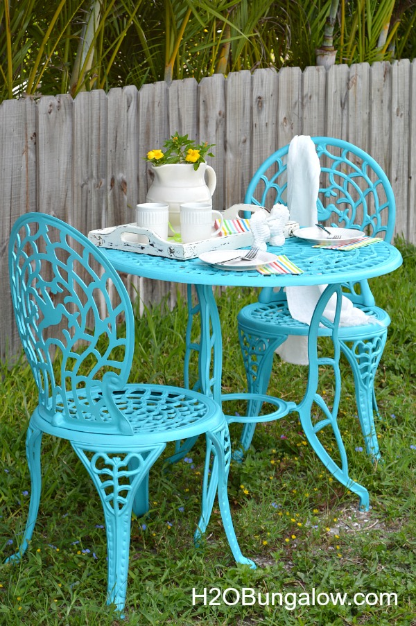 Cafe table makeover with aqua Rustoleum Spray Paint and tutorial to paint metal furniture H2OBungalow #paintedfurniture