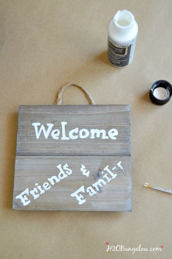 paint welcome sign for DIY patriotic labor day wreath H2OBungalow