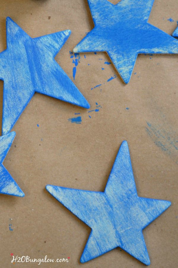Paint stars for DIY patriotic Labor Day wreath by H2OBungalow
