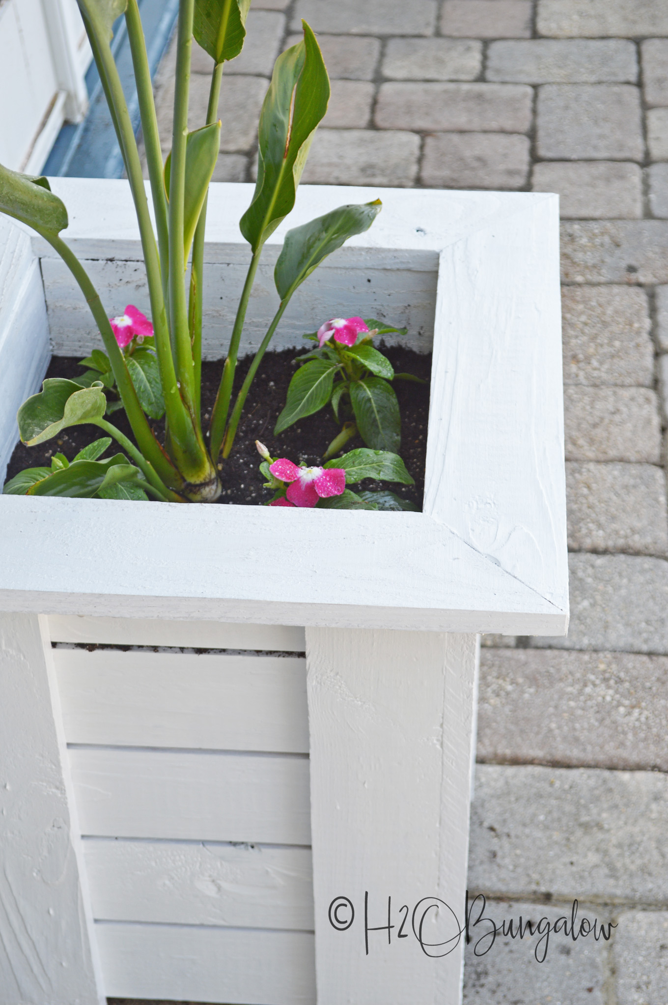 I've got 7 colorful spring outdoor DIY projects with tutorials to share with you today.  I love spring home decor projects, they brighten dark corners and remind us of pretty flowers blooming, warmer weather ahead. Add one of these to freshen up your outdoor space and be ready for spring and warmer weather ahead.
