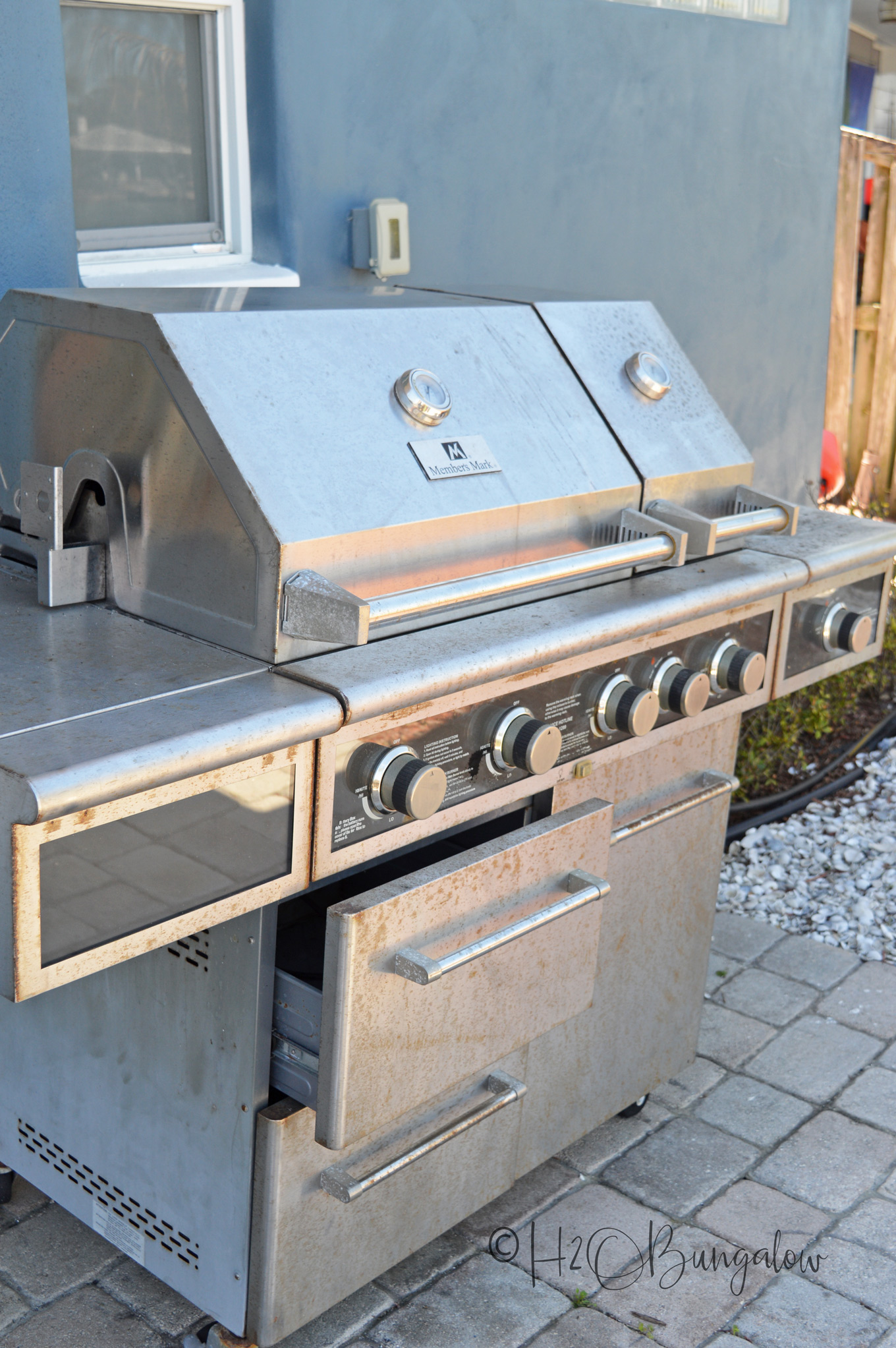 Tutorial on how to clean and makeover a barbecue grill with just a few products, a little elbow grease and some creativity. I turned my rusty old barbecue grill into a good looking almost new looking outdoor grill. You can too. Works on all types of outdoor grills, natural gas, propane and charcoal.