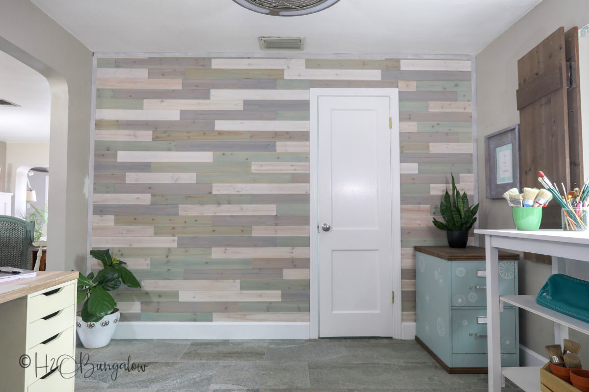 Make this DIY multi colored wood plank wall in weekend with this tuorial and video!
