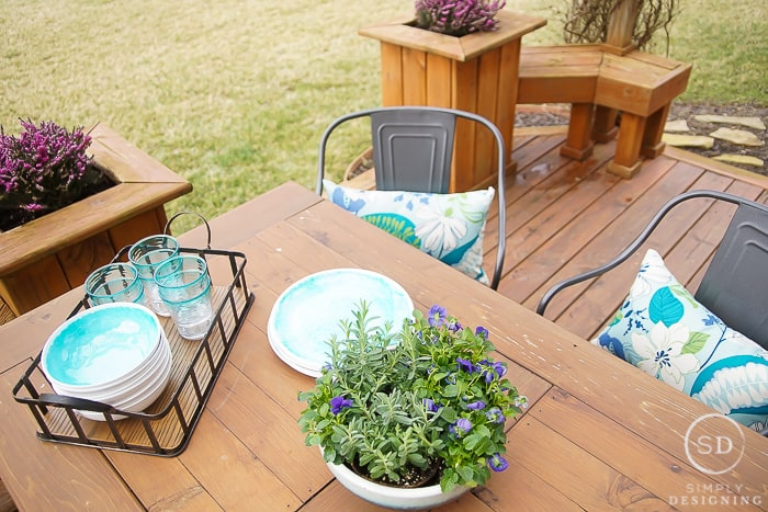 farmhouse outdoor dining area